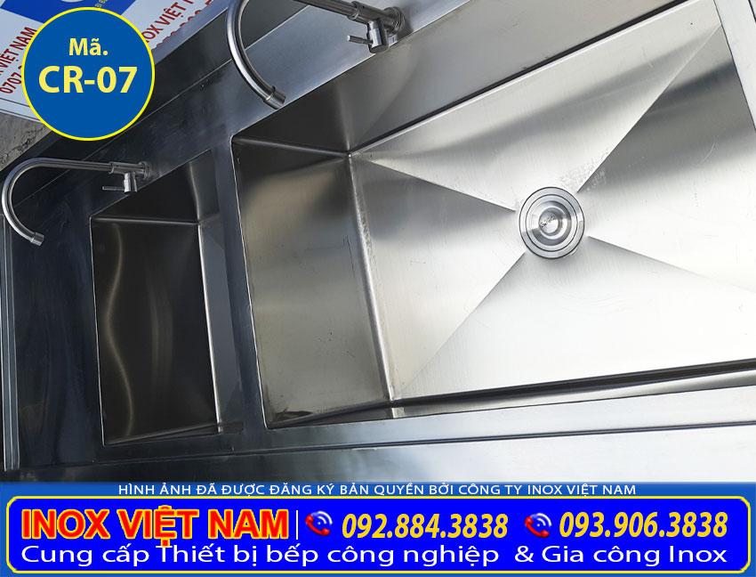 Cận cảnh bồn rửa bát công nghiệp 2 hố lơn và nhỏ được nhiều khách hàng tin chọn tại xưởng của chúng tôi Inox Việt Nam.