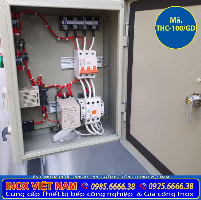 Cận cảnh chi tiết hộp điện tủ cơm công nghiệp 100kg sử dụng điện và gas.