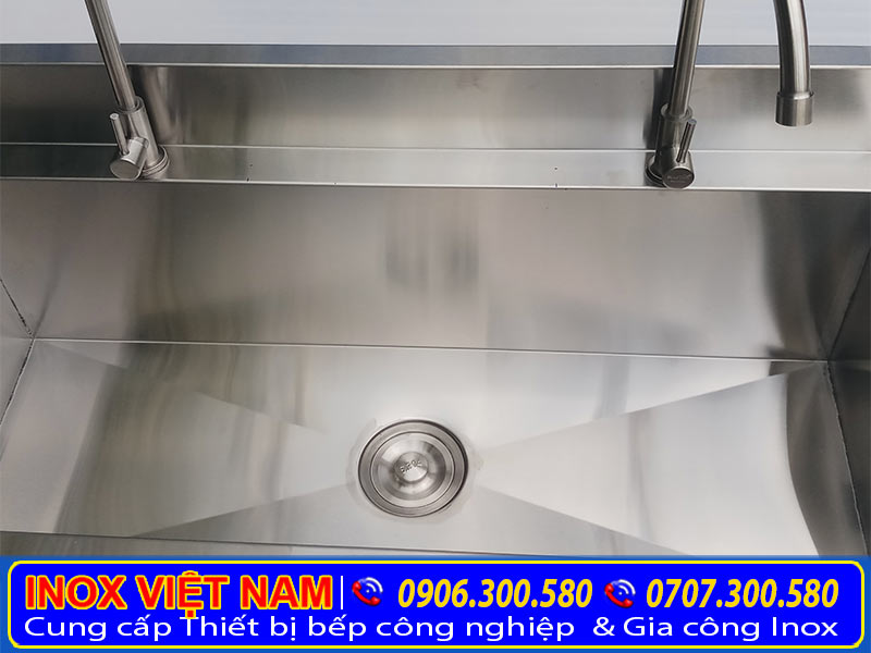 Cận cảnh máng rửa inox công nghiệp được rất nhiều khách hàng tin chọn và mua máng rửa inox tại IVN.