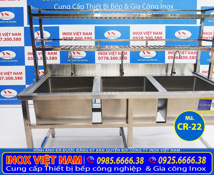 Bồn rửa chén inox 3 ngăn có kệ trên sản phẩm chậu rửa bát công nghiệp là sự tích hợp hoàn hảo với nhiều chức năng khác nhau.