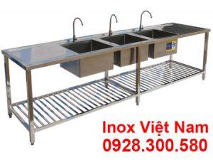 Chậu rửa inox công nghiệp 3 ngăn có bàn rửa 2 bên cánh thuộc chậu rửa inox công nghiệp dùng làm trong nhà hàng căn tin, trường học và bệnh viện rộng rãi hiện nay.