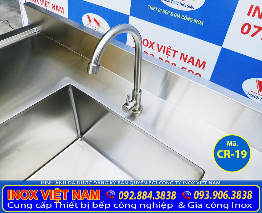 Cận cảnh vòi bồn rửa công nghiệp inox 304 sản phẩm chaayjuj rửa inox công nghiệp uy tín chất lượng.