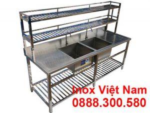 Chậu rửa 2 ngăn có bàn rửa 2 bên cạnh tại xưởng sản xuất Inox Việt Nam.