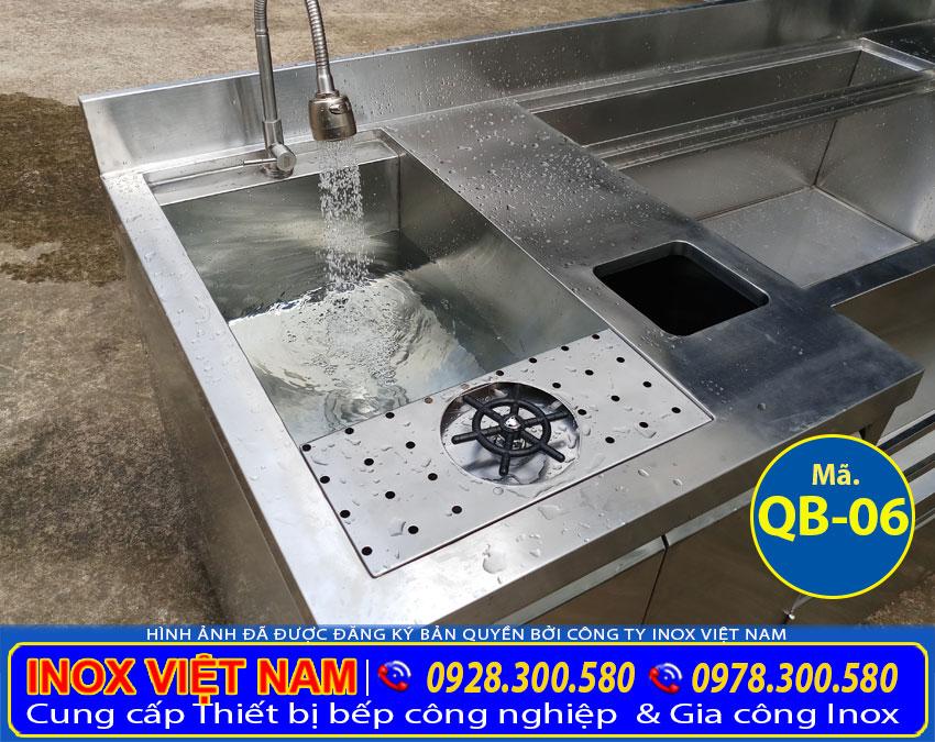 Chi tiết vòi nước và thiết bị rữa ly của quầy bar pha chế inox rất tiện ích khi sử dụng.