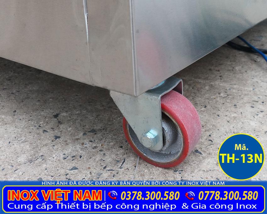 Lắp đặt bánh xe tủ hâm nóng thức ăn, tủ giữ nóng thức ăn có bánh xe giúp việc di chuyển rất linh hoạt.