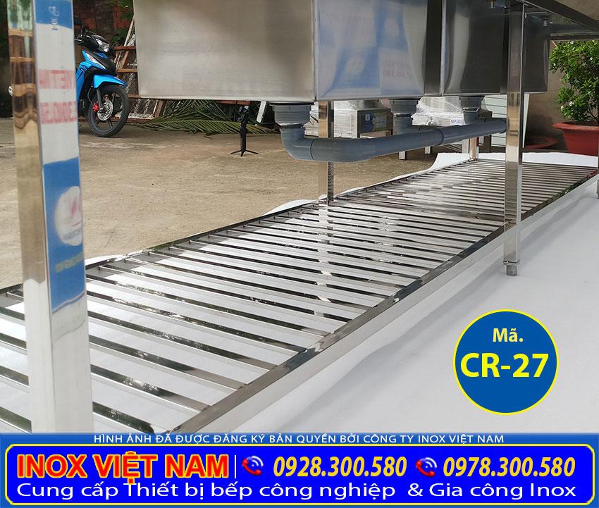 Chi tiết cận cảnh bên dưới của chậu rửa công nghiệp 3 ngăn inox 304 có kệ trên và dưới có bàn 2 bên cạnh.