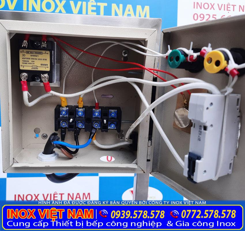 Chi tiết bên trong hộp điện điều khiển của bộ nồi nấu phở bằng điện.