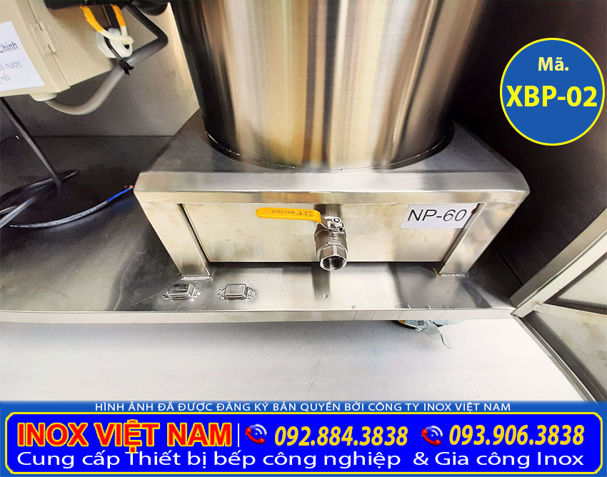 Chi tiết thân nồi nấu nước lèo bằng điện được tích hợp vào tủ bán hủ tiếu inox bằng điện rất an toàn và tiện ích khi sử dụng.