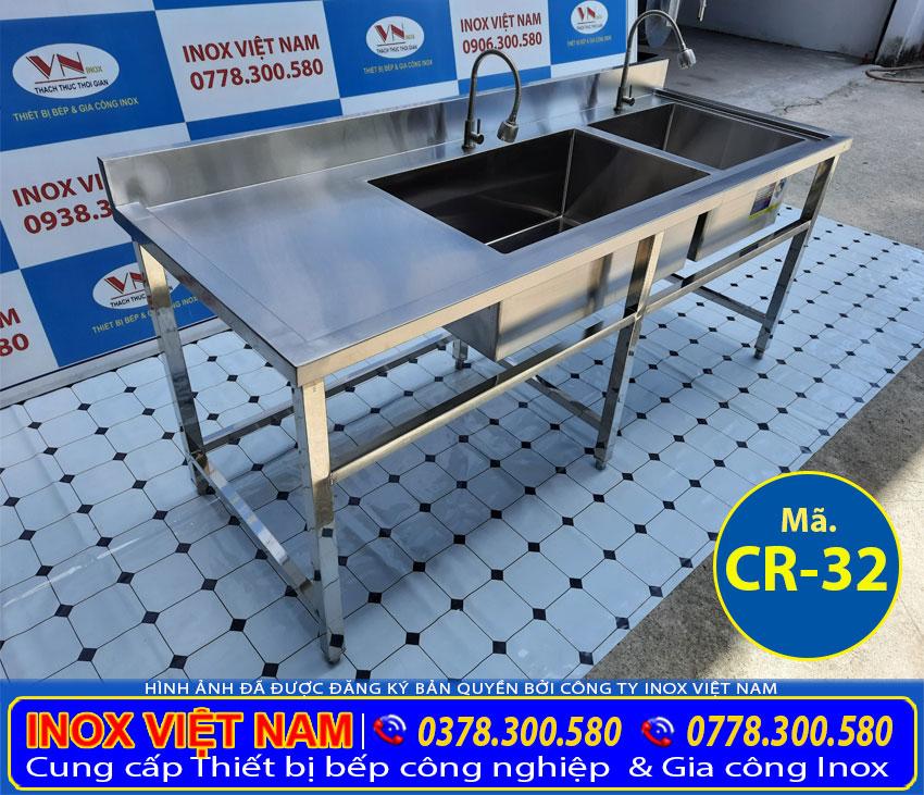 Chậu rửa bát công nghiệp 2 ngăn lớn nhỏ sử dụng cho nhà hàng quán ăn và căn tin rất rộng rãi.