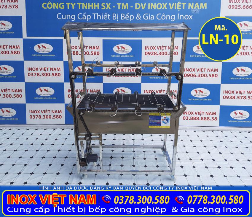 Lò nướng gà vịt bằng than tự quay được dùng để quay thịt gà vịt giá tốt tại Inox Việt Nam.