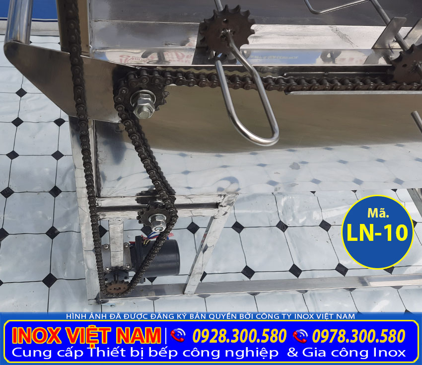 Chi tiết mô tor của lò than quay vịt gà có 8 xiên quay tự động giá xưởng Inox Việt Nam.