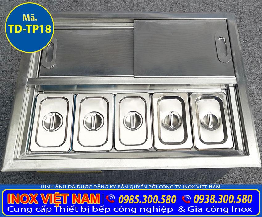 Cận cảnh thùng đá inox topping âm quầy tại xưởng Inox Việt Nam.