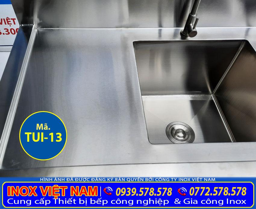 Chi tiết bồn rửa chén của tủ inox có bồn rửa giá tốt tại xưởng.