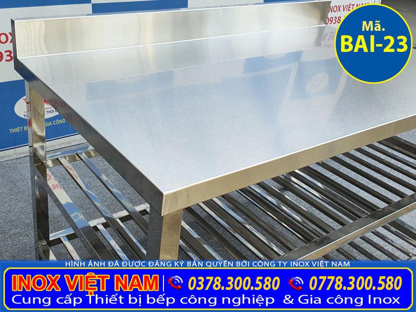 Chi tiết về mặt bàn của bàn inox 304 có 3 tầng và kệ song bên dưới tích hợp gáy bên trên bàn inox.