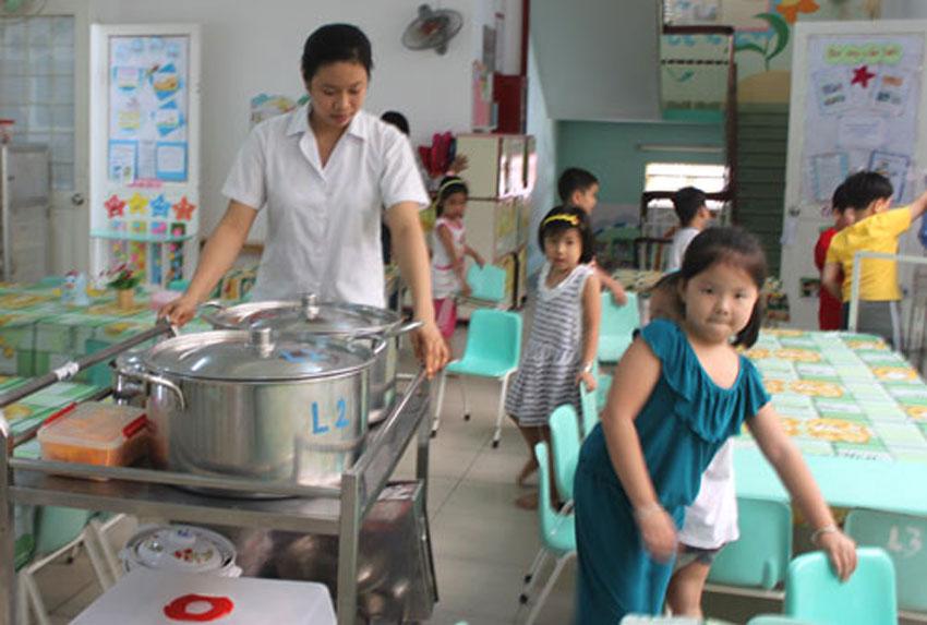 Sử dụng xe đẩy thức ăn, để đẩy thức ăn cho trường mầm non, thiết bị bếp hệ thống bếp trường mầm non.