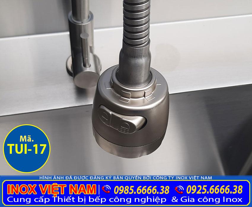 Vòi xã tủ đựng chén bát bằng inox có 2 hố rửa và thêm kệ trên.